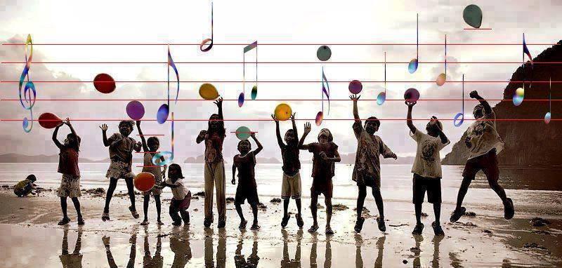Enfants qui lancent des ballons colorés sur une partition commune